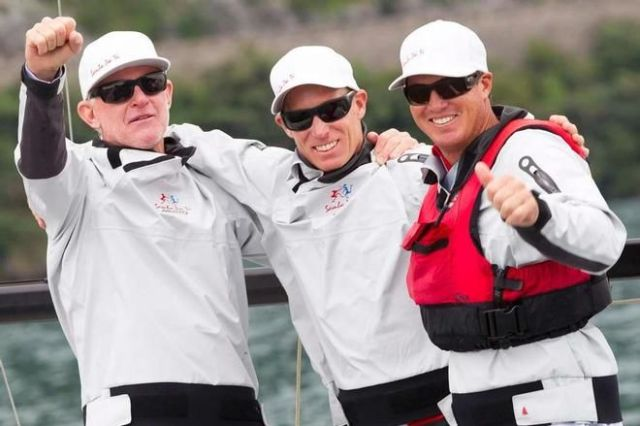Das Siegertrio mit Laser Olympiasieger Paul Goodison in der Mitte. © Stefano Gattini/ Studio Borlenghi