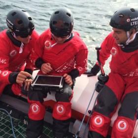Mit einem Tablet kommunizierte die Crew über das LTE-Netz mit den Fans und zog gleichzeitig die Daten für den zu segelnden Kurs.  ©STG
