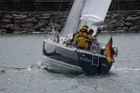 Wer ein gescheites Boot wie die Luffe 37 hat und segeln kann, kreuzt sogar aus der Hafen von Anholt © Uwe Baykowski