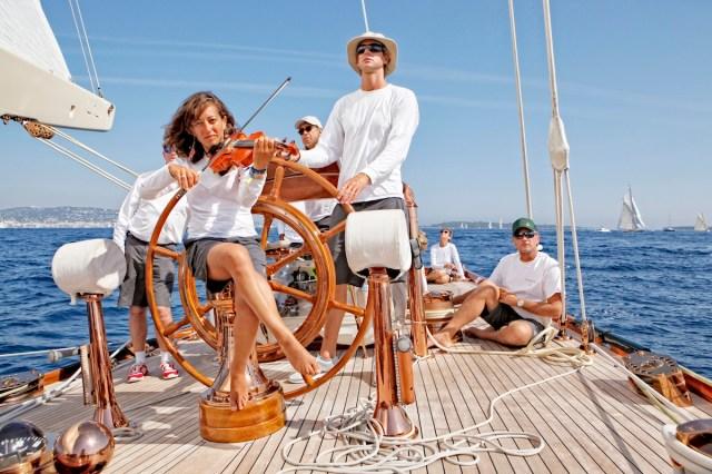 """Stilvoll segeln auf """"Shamrock V"""" © Launay"""