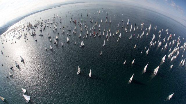 Gemeinsam dümpeln – mitten unter 1.800 Konkurrenten © Barcolana