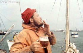"""""""Auf dem Steg einen hinter die Binde gießen"""" © yachtpals"""