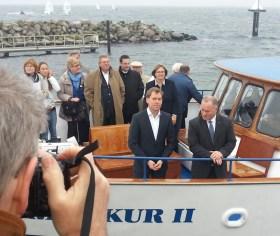 Auf einer Bootsfahrt präsentierte Kiels Oberbürgermeister Ulf Kämpfer (vorne links) dem Hamburger Innensenator Michael Neumann (vorne rechts) sein Olympiakonzept.  © Andreas Kling