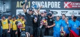 Gefeierte Sieger: Zum ersten Mal gewann das Red Bull Sailing Team von Roman Hagara in Singapur einen Act der Extreme Sailing Series.  Foto: Mark Llayd Images