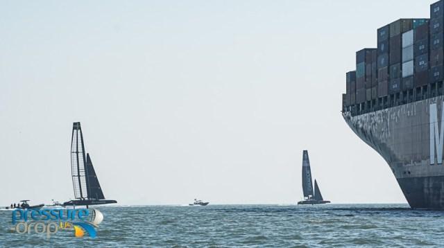 Artemis und Oracle passen in der Bucht von San Francisco an. © Pressure Drop
