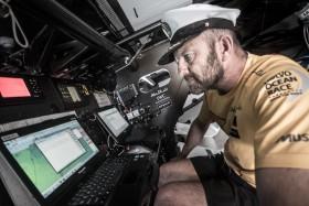 Auch Ian Walker hat eine Kapitänsmütze zum Geburtstag bekommen. Er trägt sie den ganzen Tag. © Matt Knighton/Abu Dhabi Ocean Racing/Volvo Ocean Race