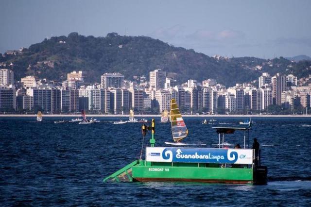 Offenbar ziemlich wirkungslos: Die Öko-Müllsammelboote in der Guanabara Bucht vor Rio de Janeiro © Bras. Umweltministerium