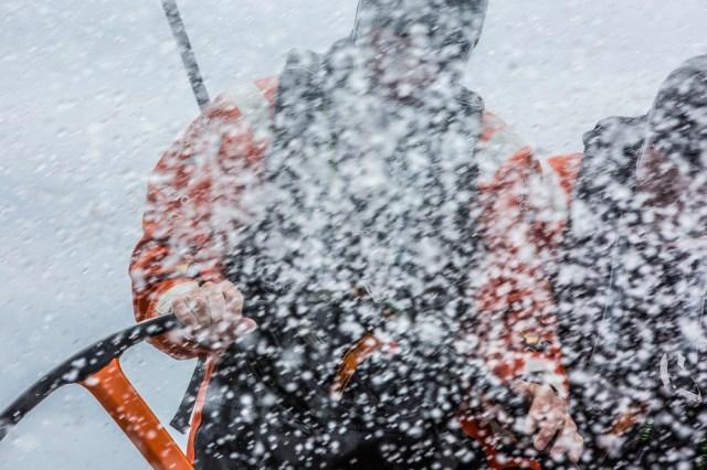Der Schlauch ist auf Alvimedica gerichtet© Amory Ross / Team Alvimedica / Volvo Ocean Race
