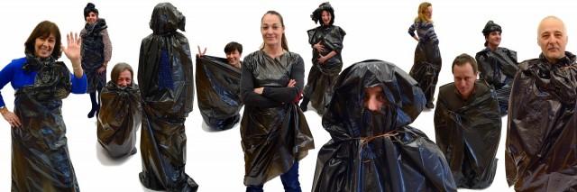 """Die """"Müll-Equipe"""" nennen sich die Redakteure und kleiden sich entsprechend in formschönen Plastikbeuteln © voiles et voiliers"""