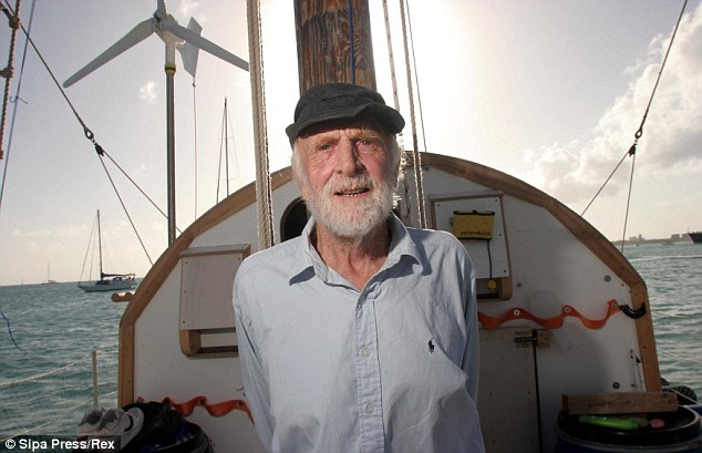 """Der """"alte Mann"""" auf seinem Floß © sipa"""
