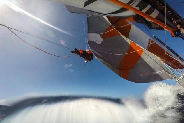 Mal eben am Schothorn rumfummeln. © Amory Ross / Team Alvimedica / Volvo Ocean Race