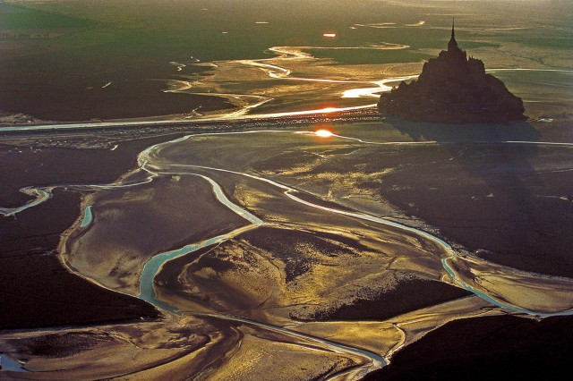 So leer wie nie zuvor: Am Mont St. Michel wurden mehr als 14 Meter Tidenhub gemessen © berenguier