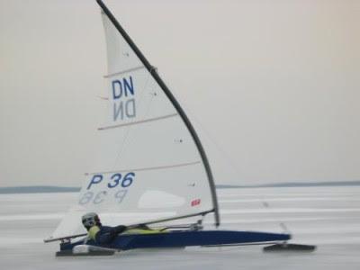 Karol Jablonski mit dem typisch gebogenen DN Mast bei Starkwind.