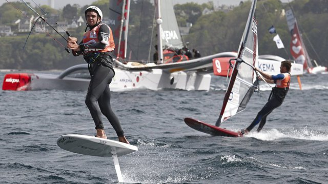 """Kite-Foiler Nicolas Parlier macht hier den Class50-Trimaran """"Arkema """"rund"""" und siegte auch overall gegen den MOD70 Tri Oman Sails © vapillon"""
