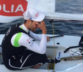 Phillipp Buhl nach seinem ennttäuschenden sechsten Rennen am Trainerboot. © Piesker