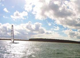 Tom Bøjland rast mit seinem A-Cat vorbei. Er segelt mti 16:43:06 die zwietschnellste Zeit aller Boote.  © Harald Müller