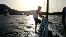 Abbauen nach einem langen Segeltag. Schlepp in den mondänen Hafen von Porto Cervo. © SegelReporter