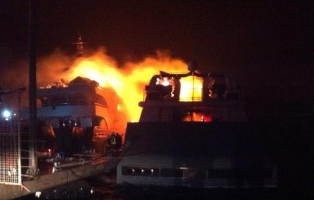 Das Feuer brach in der Nacht aus und griff auf die zweite Superyacht über.