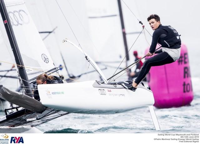 Carolina Werner verstaut das Vorsegel. ©Pedro Martinez / Sailing Energy