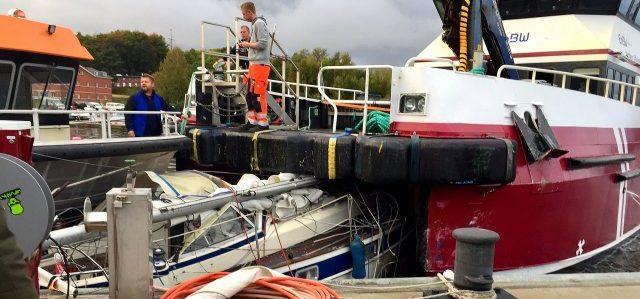 der dänishce Offshore Versorgunger hat die Hallberg-Rassy zwischen die Rümpfe genommen. © R. Hase