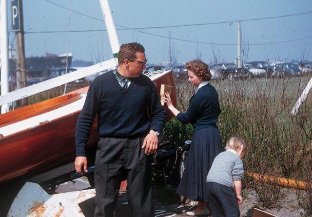 Mit Ehefrau Anne und Tochter bei der Bootsvorbereitung für den Gold Cup 1958. © Finn Archiv