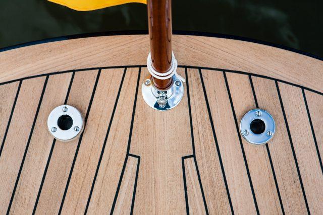 Teckdeck auf dem Heck einer Yacht