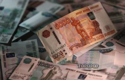 Москвич попросил малознакомого человека обменять 6 млн рублей и лишился денег