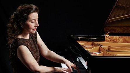 Пианистка оплакивает любимый рояль,  который сломали грузчики