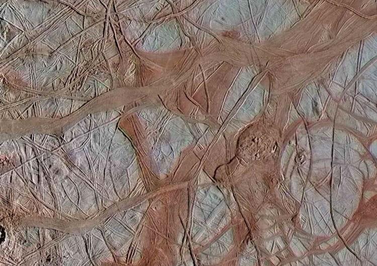 Европа по-новому: НАСА показало заново обработанные снимки спутника Юпитера с невероятной детализацией