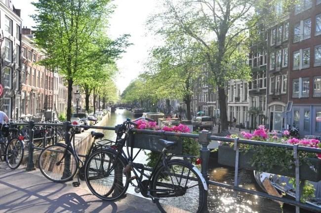 Canais de Amsterdam. Só andar pela cidade já é um dos passeios imperdíveis em Amsterdam.