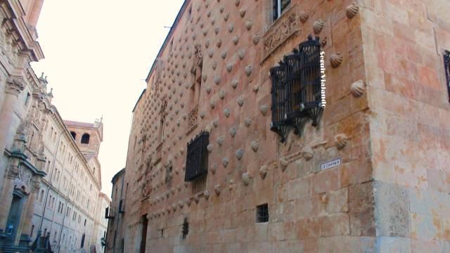 Fachada Casa de las Conchas de Salamanca - Seguir Viajando