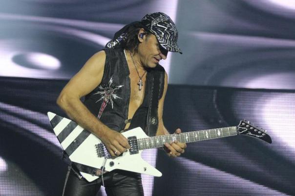 O virtuoso Mathias Jabbs na guitarra (foto: Mateus Dantas/O POVO)