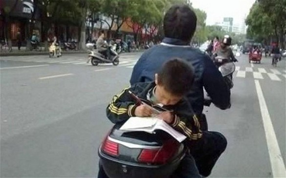 Cuando la moto es necesidad… y la protección de los niños.