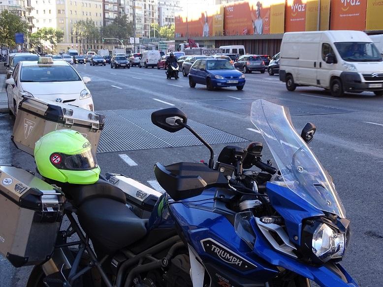 Madrid y sus planchas metálicas ilegales tiran constantemente a ciclistas y motoristas.