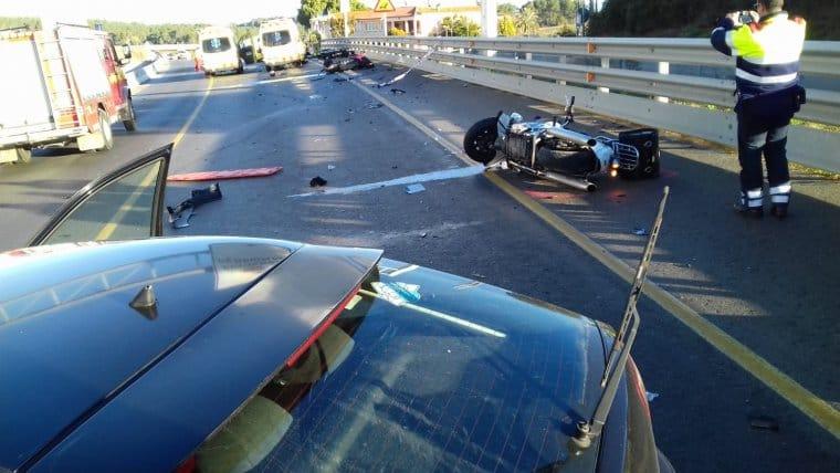 La conductora de un coche, machaca la vida de 3 motoristas!