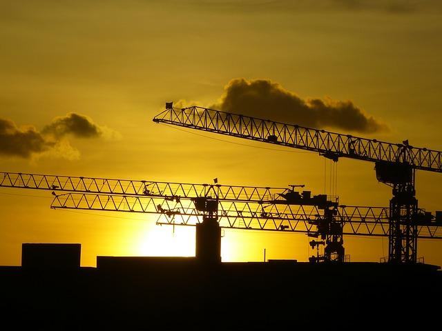 Grúas de construcción con fondo amanecer