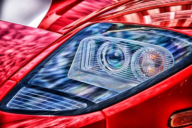 Faro de un coche rojo