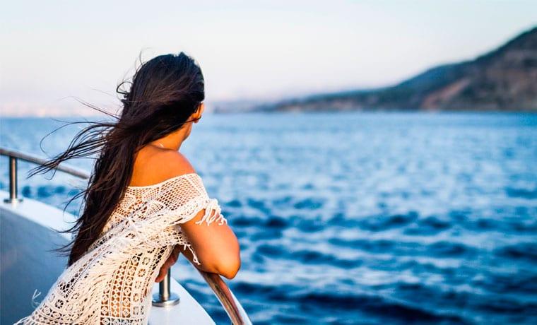 mulher em cruzeiro maritimo