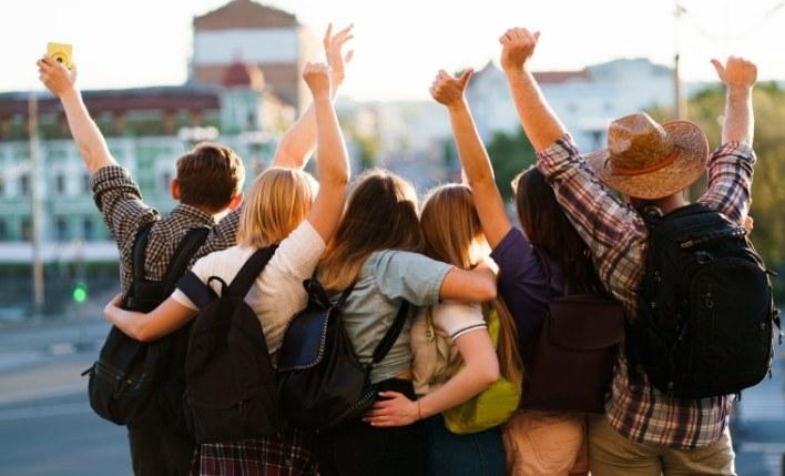 Amigos estudantes viajando