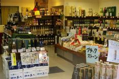Sakeabteilung im einem kleinen Kaufhaus