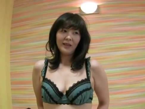 初めての撮影で緊張気味の素人熟女の巨尻がたまらない無修正熟女動画