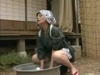 田舎に住む四十路美熟女が洗濯中にオナニー