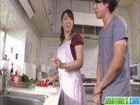 台所でご飯の準備をしてる美熟女家政婦が変態男とセックスしてるおばさんの動画