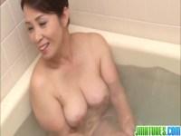 風呂場で息子とイチャつく豊満美熟女母!最後には上目遣いでチンポを咥えてるおばさんの動画