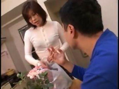 五十路貧乳熟女が夫婦生活に刺激を加える為に淫乱衣装で誘惑してる中高年動画体験告白
