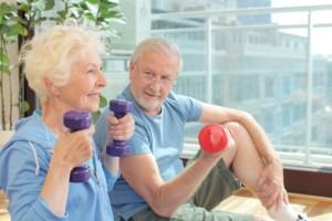 健康に気を使うおじいちゃんとおばあちゃん