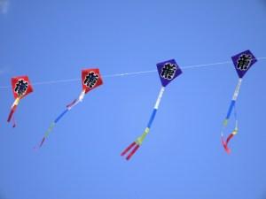 日本のお正月の遊びの凧揚げ