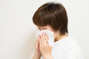 鼻水が止まらず苦しい女性