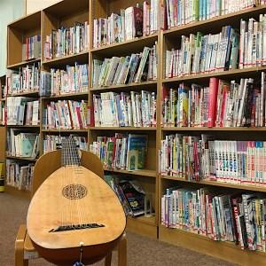 ロバのおうじ公演@カリタス小学校図書館のリュート