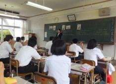 福岡県内の県立高校で授業をする2013年度本学の教育実習生、辻さん